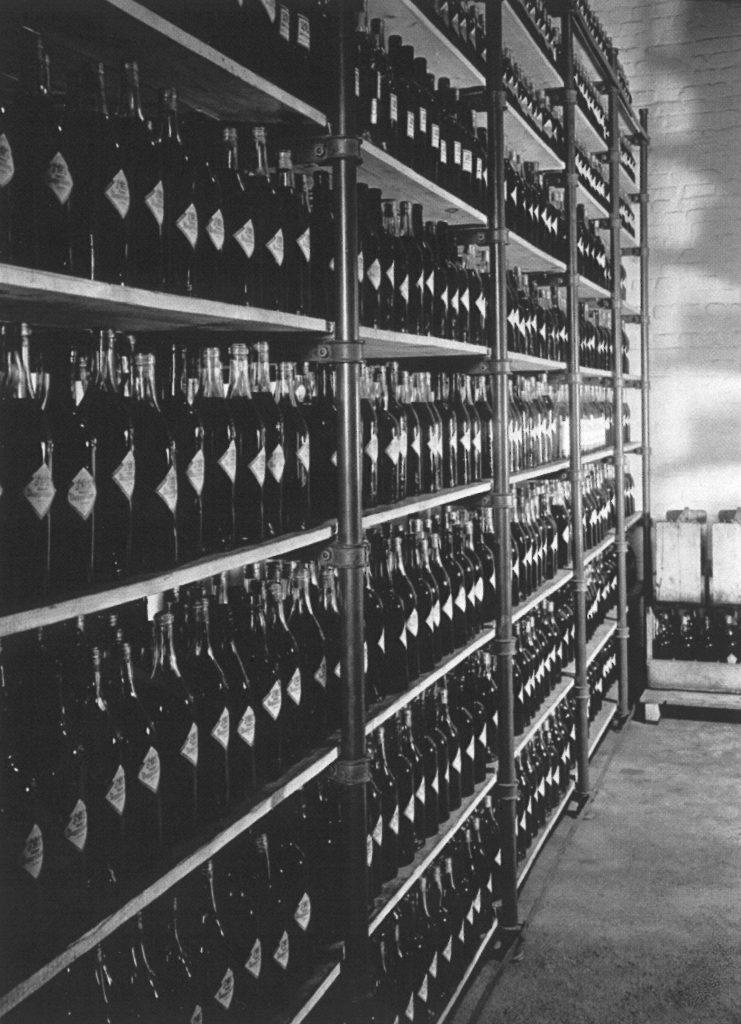 Buechter-Kornbrennerei Flaschenlagerung um 1950