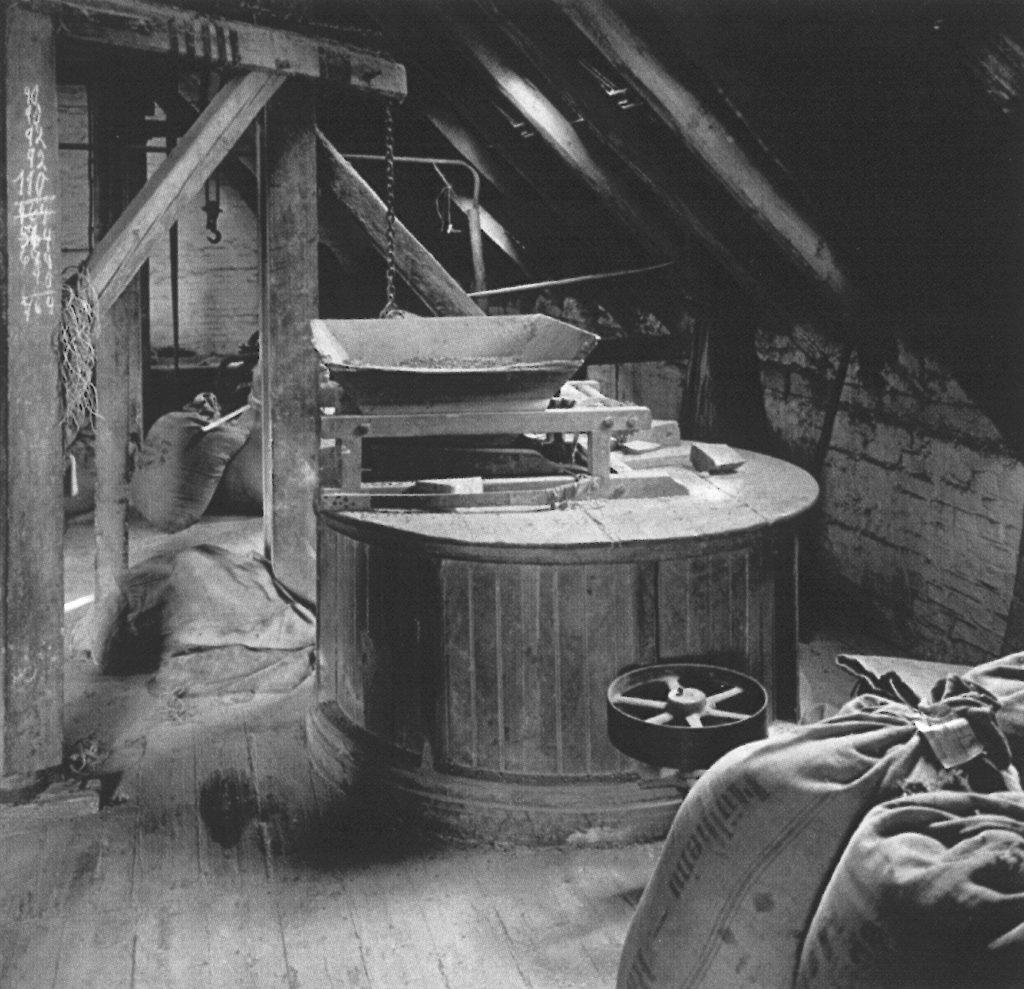 Kornmühle auf dem Dachboden der Brennerei-Buechter um 1906