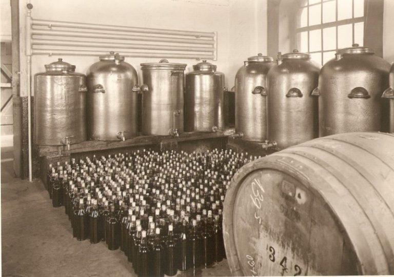 Tanklager für Flaschenhandabfüllung Buechter-Brennerei um 1950